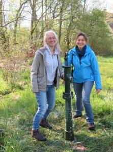 Kräuterpädagogin Christine Weiß (rechts) freut sich mit Urte über die neuen Pumpe